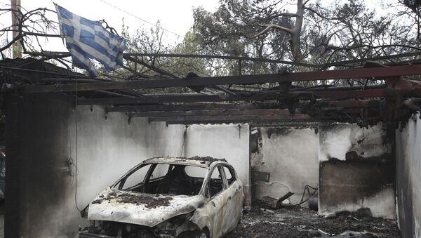 Ελληνική σημαία στα ερείπια της μεγάλης πυρκαγιάς στο Μάτι Αττικής στις 24 Ιουλίου 2018 - Sputnik Ελλάδα