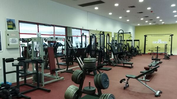 Μέσα στο δημοτικό γυμναστήριο του δήμου Παύλου Μελά - Sputnik Ελλάδα