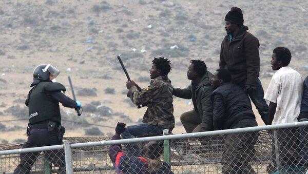 Μετανάστες σε συγκρούσεις με αστυνομικό στον φράχτη που χωρίζει το Μαρόκο από τον ισπανικό θύλακα Μελίγια - Sputnik Ελλάδα