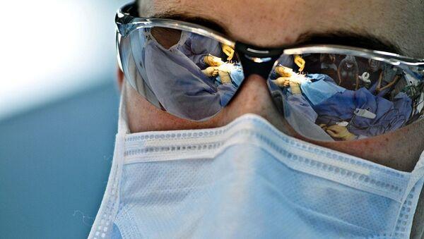 Χειρουργός κατά τη διάρκεια εγχείρησης - Sputnik Ελλάδα