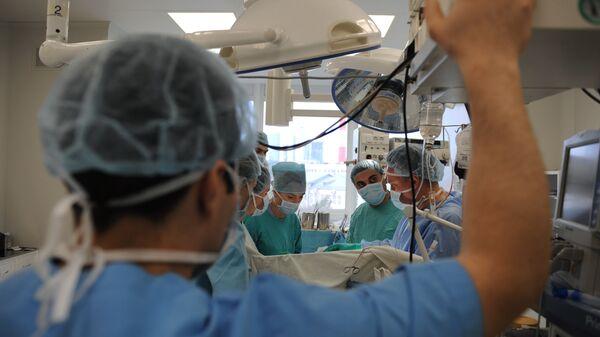 Γιατροί κατά τη διάρκεια μεταμόσχευσης νεφρού στο Εθνικό Ερευνητικό Κέντρο Χειρουργικής Boris Petrovsky της Ρωσικής Ακαδημίας Ιατρικών Επιστημών  - Sputnik Ελλάδα