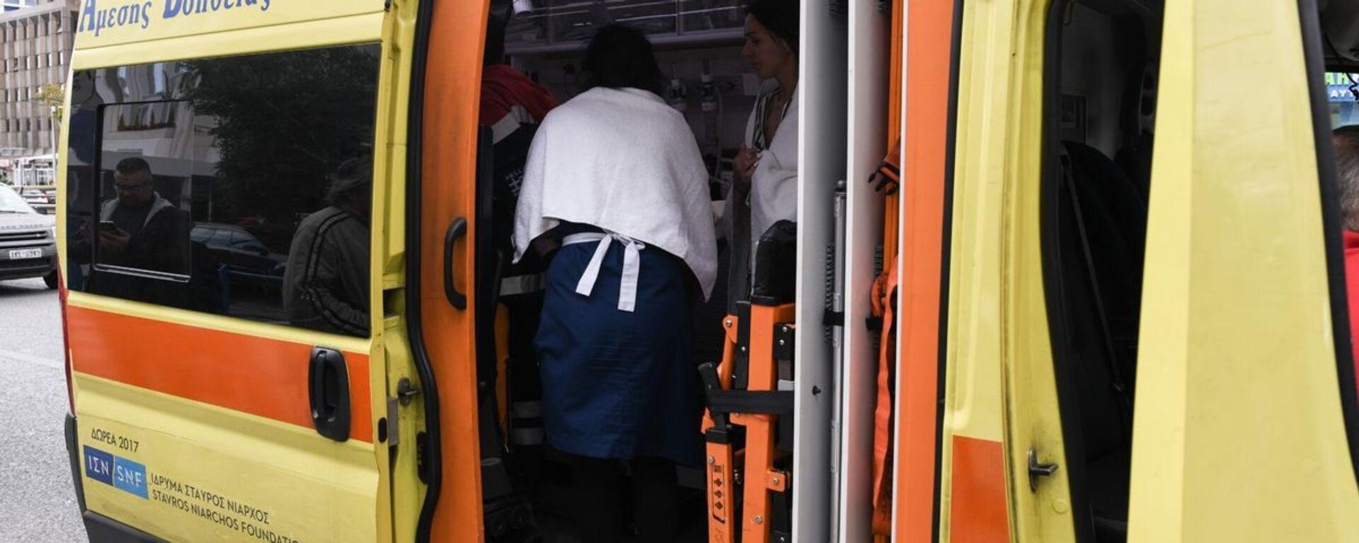 Ασθενοφόρο του ΕΚΑΒ παραλαμβάνει τραυματία από τη φωτιά στο ξενοδοχείο Αthenaeum Palace - Sputnik Ελλάδα, 1920, 08.10.2021