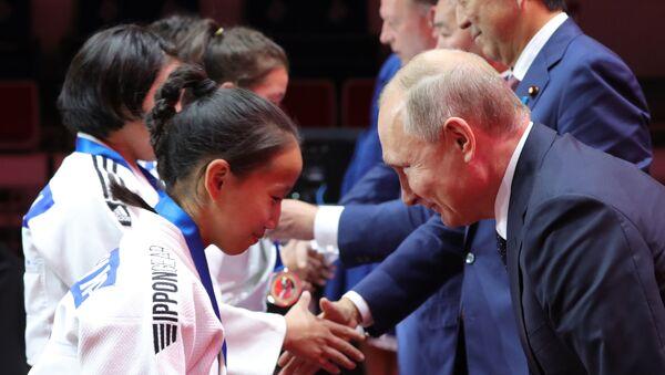 Ο Πούτιν χαιρετά νεαρή Ιαπωνέζα που κάνει Judo  - Sputnik Ελλάδα