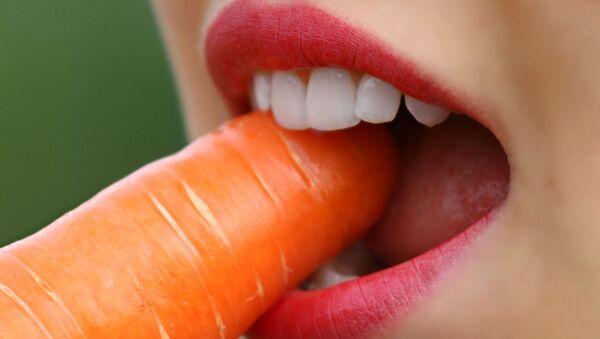 Γυναίκα τρώει ένα καρότο - Sputnik Ελλάδα