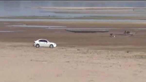 Ψαράδες στην Ταϊλάνδη πάνε για ψάρεμα με το αυτοκίνητο λόγω της μεγάλης ξηρασίας - Sputnik Ελλάδα