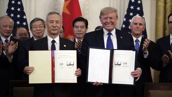 Ο Τραμπ υπέγραψε την πρώτη φάση της εμπορικής συμφωνίας με την Κίνα - Sputnik Ελλάδα