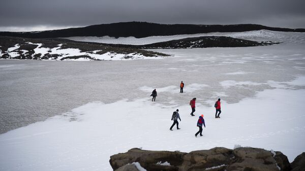 Άνθρωποι βαδίζουν στην χιονισμένη κορυφή του ηφαιστείου Ok, πηγαίνοντας σε τελετή εκεί που κάποτε ήταν ο παγετώνας Okjokull, στην Ισλανδία - Sputnik Ελλάδα
