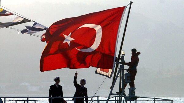 Στρατιώτες του Ναυτικού της Τουρκίας υψώνουν σημαία σε πλοίο της ακτοφυλακής - Sputnik Ελλάδα