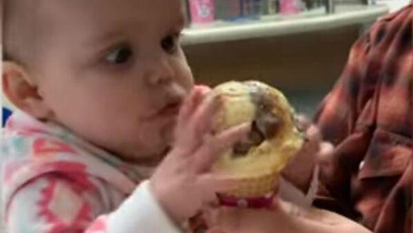 Μπέμπα δοκιμάζει παγωτό για πρώτη φορά - Sputnik Ελλάδα