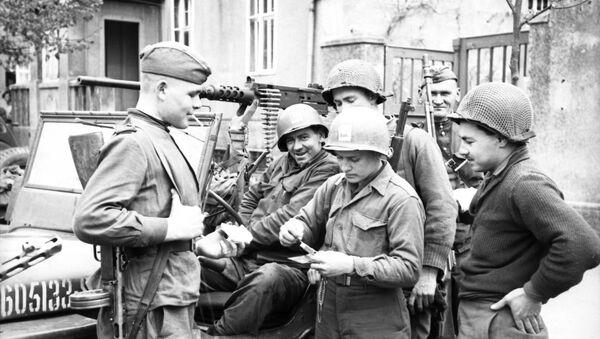 Συνάντηση Αμερικανών και Σοβιετικών Στρατιωτών στον ποταμό Έλβα - Sputnik Ελλάδα