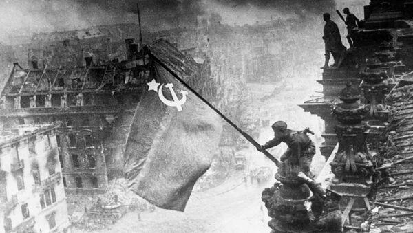 Η σημαία του Κόκκινου Στρατού της Σοβιετικής Ένωσης στο Ράιχσταγκ - Sputnik Ελλάδα
