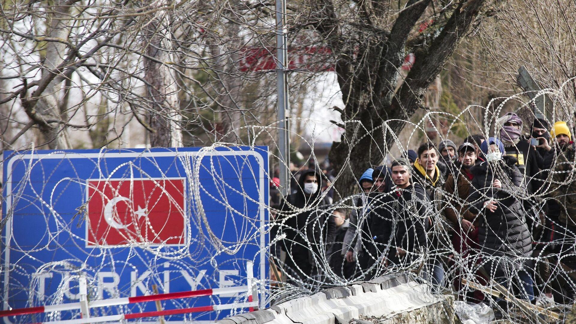 Μετανάστες βρίσκονται συγκεντρωμένοι στις Καστανιές Έβρου, στη συνοριογραμμή Ελλάδας - Τουρκίας - Sputnik Ελλάδα, 1920, 11.10.2021