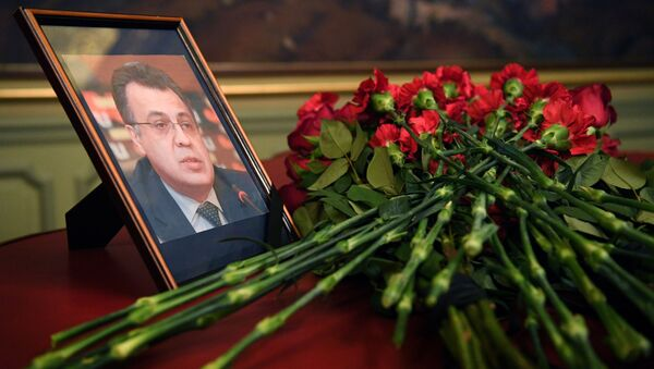 Λουλούδια μπροστά στη φωτογραφία του Ρώσου πρέσβη στην Τουρκία Αντρέι Καρλόφ - Sputnik Ελλάδα