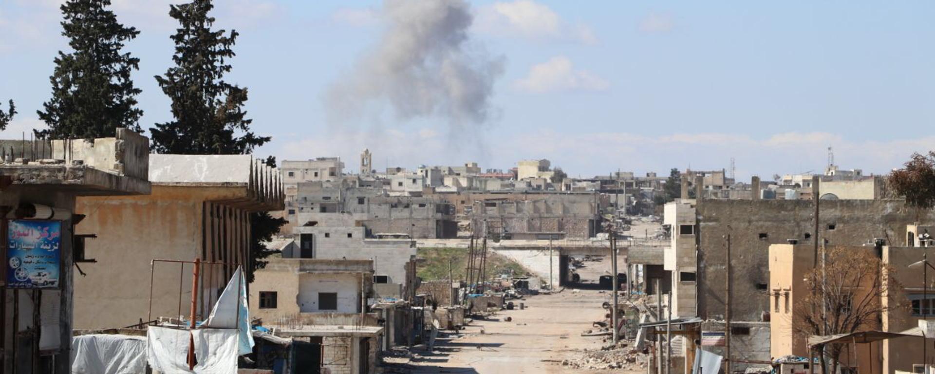 Καπνός στην πόλη Σαρακίμπ, στην επαρχία Ιντλίμπ, στη Συρία - Sputnik Ελλάδα, 1920, 08.09.2021