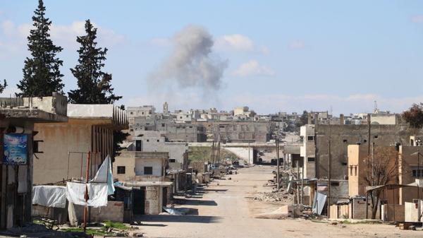 Καπνός στην πόλη Σαρακίμπ, στην επαρχία Ιντλίμπ, στη Συρία - Sputnik Ελλάδα