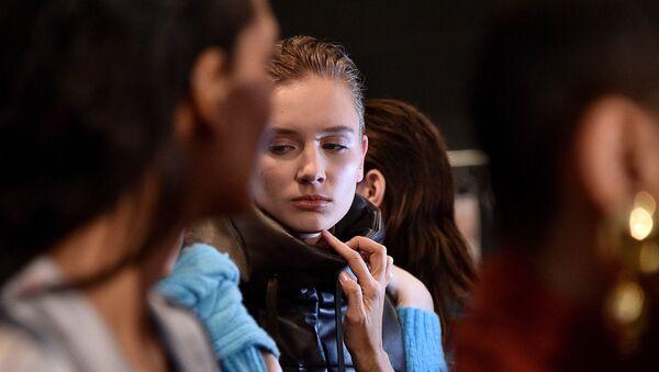 Backstage για την επίδειξη μόδας Alejandra Alonso Rojas στην Εβδομάδα Μόδας της Νέας Υόρκης 2020 - Sputnik Ελλάδα