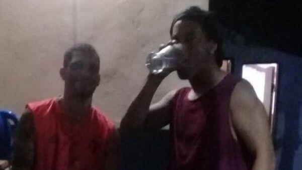 Ο Ροναλντίνιο πίνει μπύρα στη φυλακή - Sputnik Ελλάδα