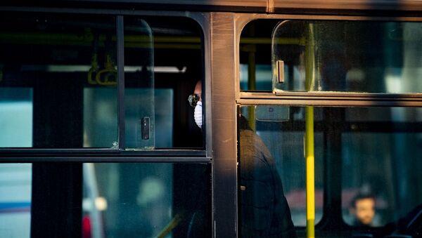 Ολοένα και λιγότεροι χρησιμοποιούν τα μέσα μεταφοράς, ενώ και όσοι τα χρησιμοποιούν δεν μπαίνουν χωρίς μάσκα προστασίας - Sputnik Ελλάδα