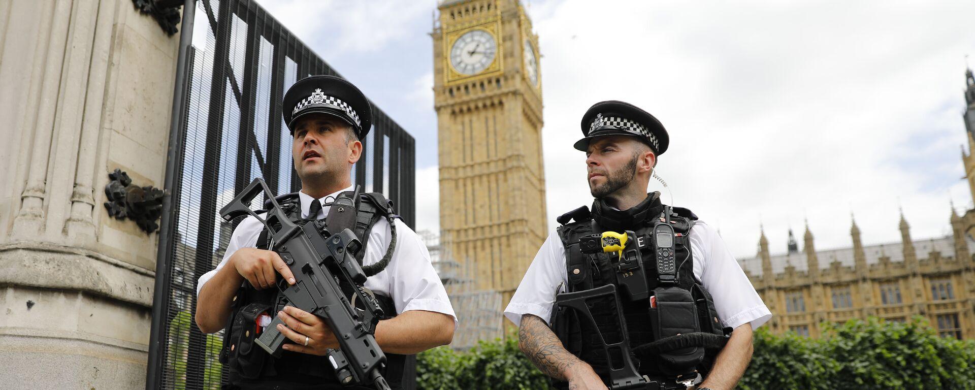 Οπλισμένοι αστυνομικοί έξω από το βρετανικό κοινοβούλιο, στο Λονδίνο - Sputnik Ελλάδα, 1920, 11.10.2021