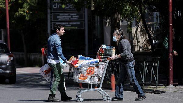 Γυναίκα ψωνίζει από σούπερ μάρκετ της Αθήνας - Sputnik Ελλάδα