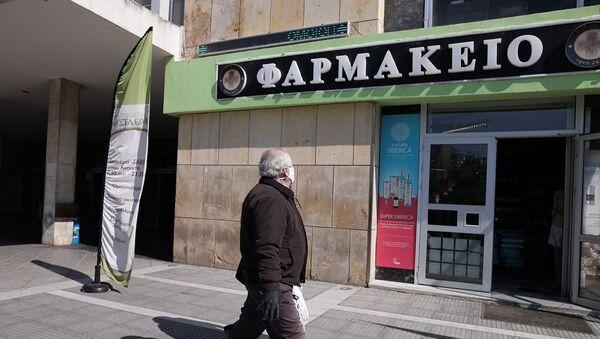 Ηλικιωμένος κύριος μπαίνει σε φαρμακείο - Sputnik Ελλάδα