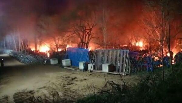 Εστίες πυρκαγιάς στον καταυλισμό των μεταναστών στο Παζάρ Κουλέ στην τουρκική πλευρά - Sputnik Ελλάδα