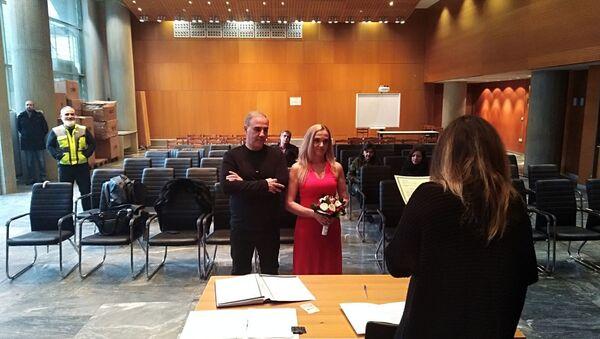 Η αντιδήμαρχος Πολιτισμού, Στεφάνια Τανιμανίδου ενώ διαβάζει τον όρκο στον Δημοτικό Αστυνόμο Σεραφείμ Αναστασιάδη που παντρεύεται με την αγαπημένη του Γεωργία Δίσιου - Sputnik Ελλάδα