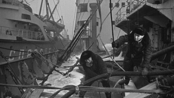 Σοβιετικοί στρατιώτες επιδιορθώνουν βρετανικό πλοίο - Sputnik Ελλάδα