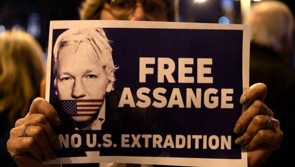 Διαδηλωτής κρατά πόστερ «Ελευθερώστε τον Ασάνζ - Όχι έκδοση στις ΗΠΑ, Βαρκελώνη 24 Φλεβάρη 2020 - Sputnik Ελλάδα