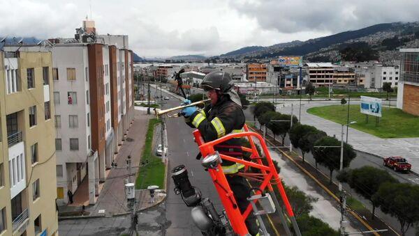 Πυροσβέστης παίζει τρομπέτα για να εμψυχώσει τη γειτονιά από 20 μέτρα ύψος - Sputnik Ελλάδα