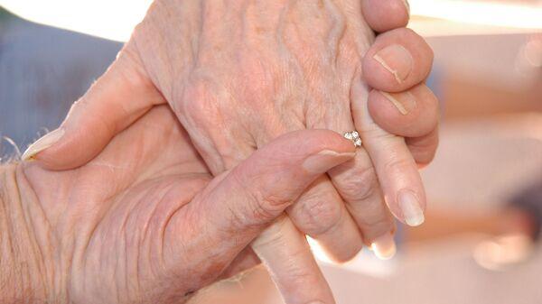 Χέρια ηλικιωμένου ζευγαριού - Sputnik Ελλάδα