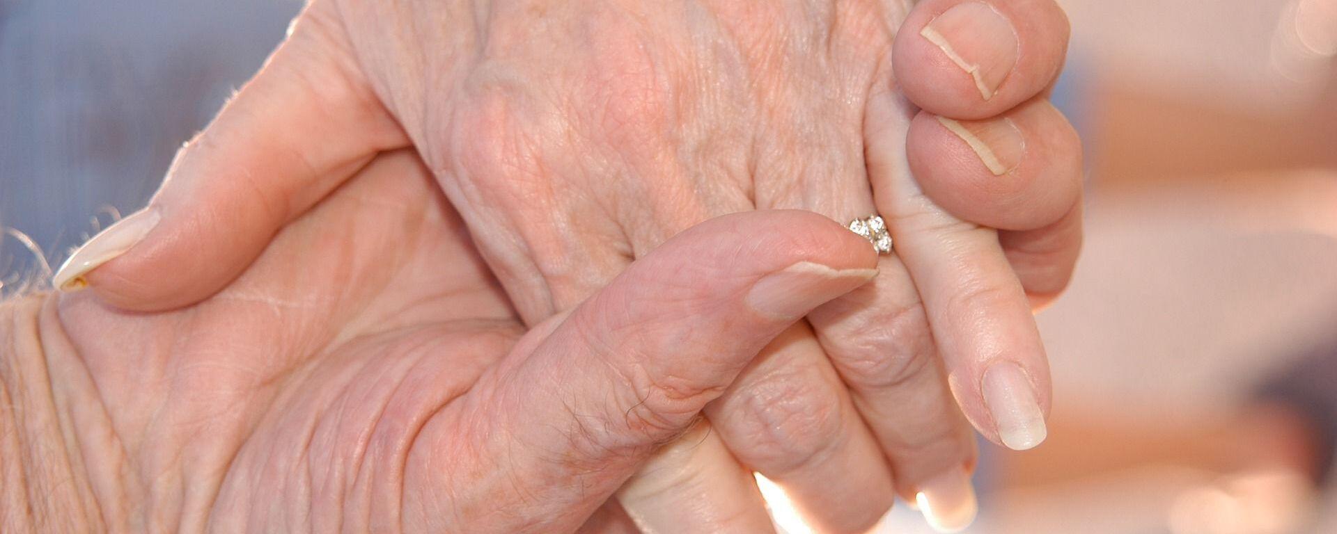 Χέρια ηλικιωμένου ζευγαριού - Sputnik Ελλάδα, 1920, 08.06.2021