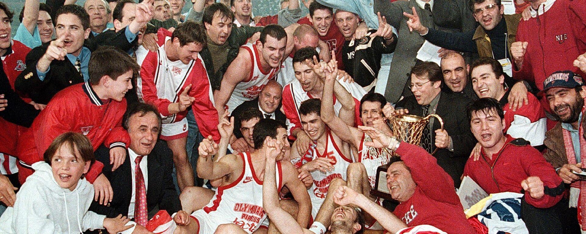 Πανηγυρική φωτογραφία του Ολυμπιακού με το Ευρωπαϊκό του 1997 - Sputnik Ελλάδα, 1920, 24.04.2020