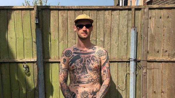 Άντρας κάνει ένα τατουάζ για κάθε μέρα της καραντίνας - Sputnik Ελλάδα