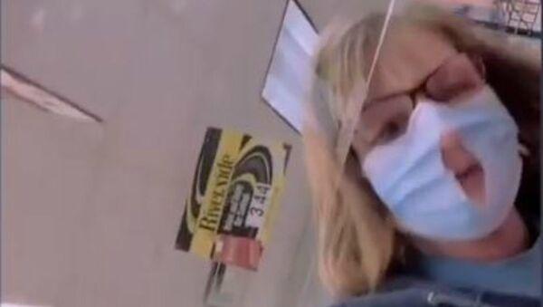 Γυναίκα άνοιξε τρύπα σε προστατευτική μάσκα για να αναπνέει καλύτερα - Sputnik Ελλάδα