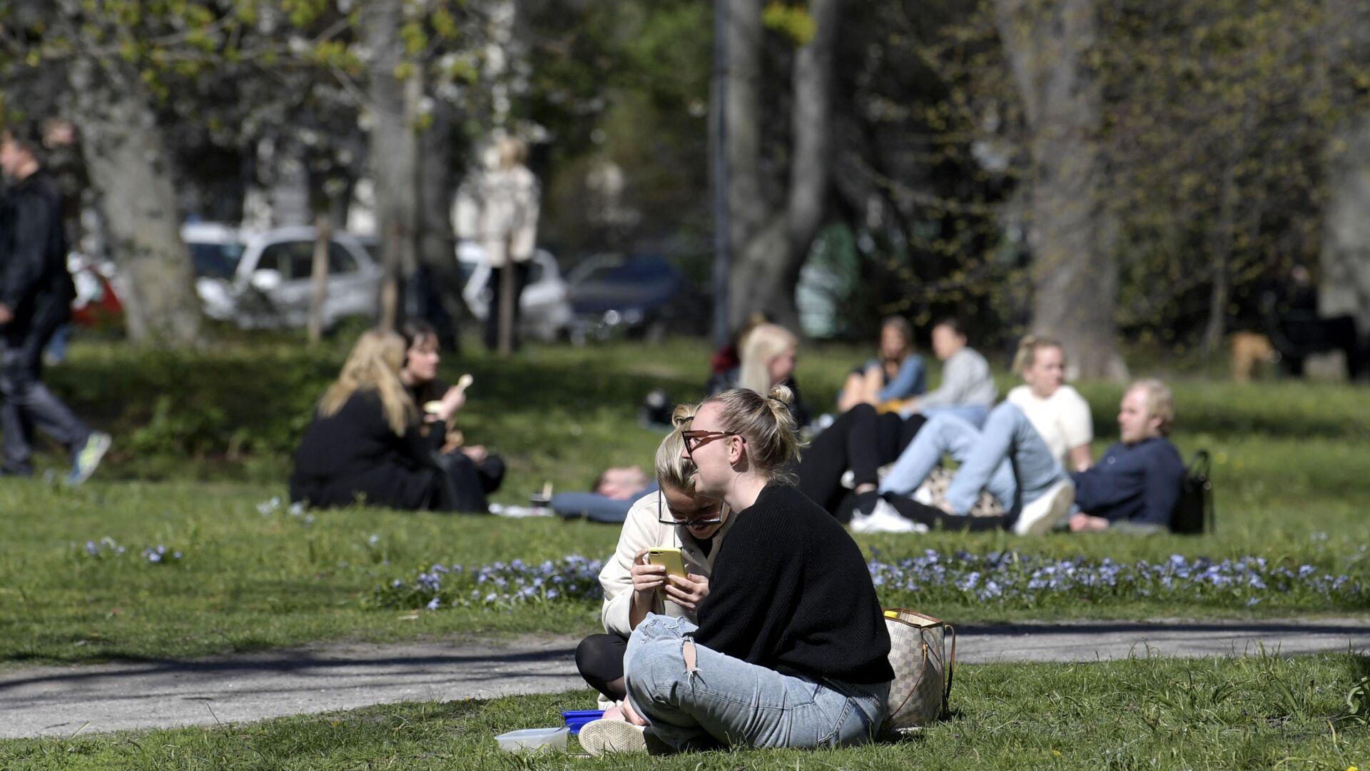 Άνθρωποι κάθονται σε πάρκο στη Στοκχόλμη εν μέσω της πανδημίας - Sputnik Ελλάδα, 1920, 12.10.2021