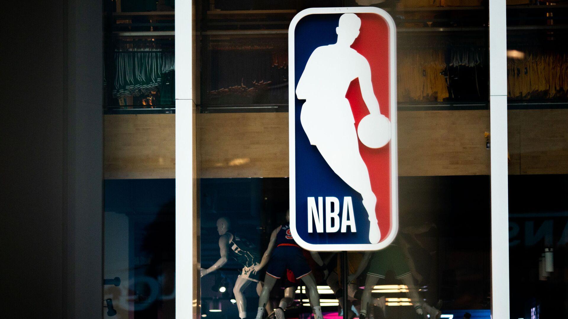Το λογότυπο του NBA σε κατάστημα στη Νέα Υόρκη - Sputnik Ελλάδα, 1920, 31.08.2021