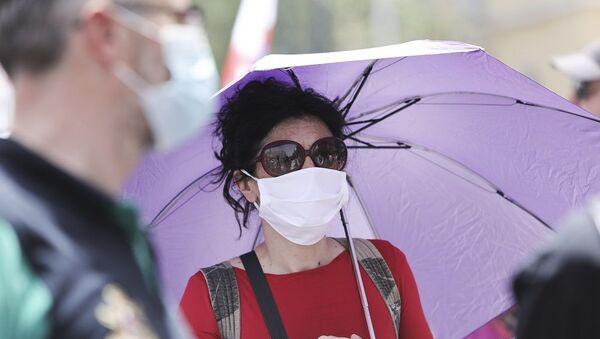 Γυναίκα φοράει μάσκα προστασίας στο κέντρο της Αθήνας - Sputnik Ελλάδα