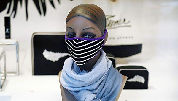 Μανεκέν σε κατάστημα με μάσκα προστασίας - Sputnik Ελλάδα
