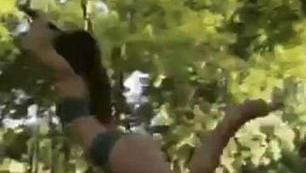Κοπέλα μοιάζει να νικά τη βαρύτητα ενώ βουτιά από κούνια σε ποτάμι - Sputnik Ελλάδα