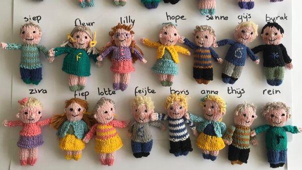 Δασκάλα έπλεξε κούκλες στη μορφή των μαθητών της - Sputnik Ελλάδα
