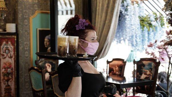 Σερβιτόρα με μάσκα προστασίας σε καφετέρια της Αθήνας - Sputnik Ελλάδα