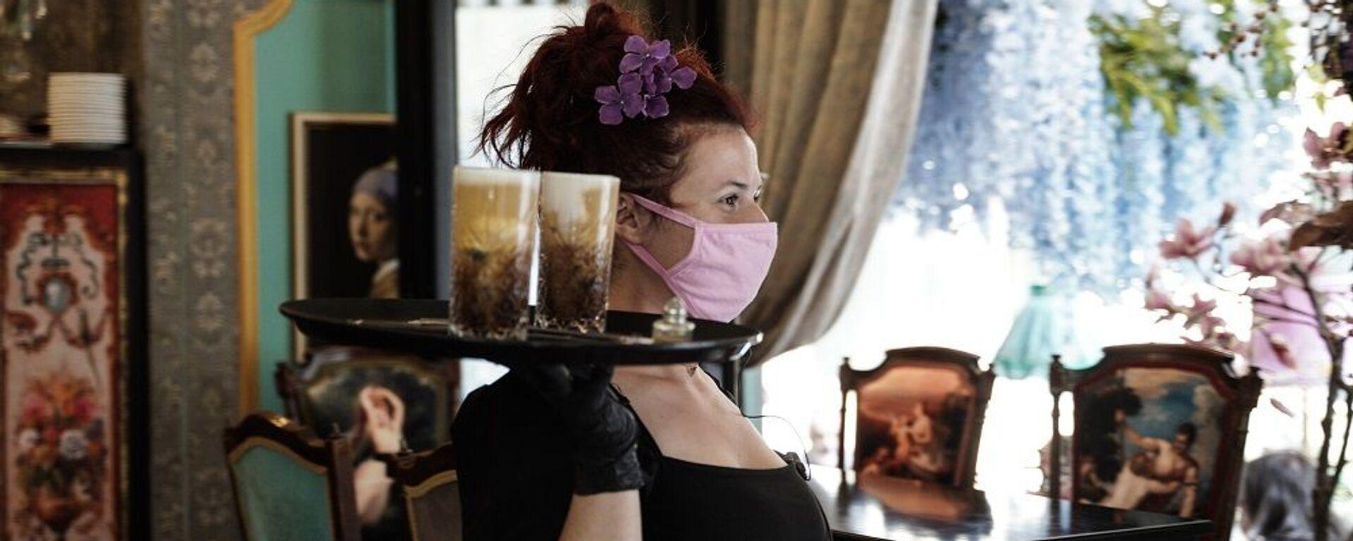 Σερβιτόρα με μάσκα προστασίας σε καφετέρια της Αθήνας - Sputnik Ελλάδα, 1920, 13.09.2021
