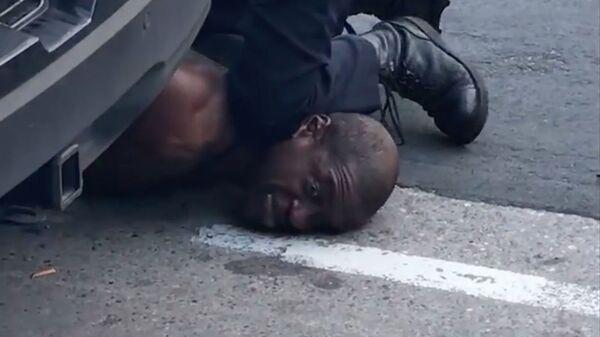 Сотрудник полиции Миннеаполиса во время ареста Джорджа Флойда - Sputnik Ελλάδα