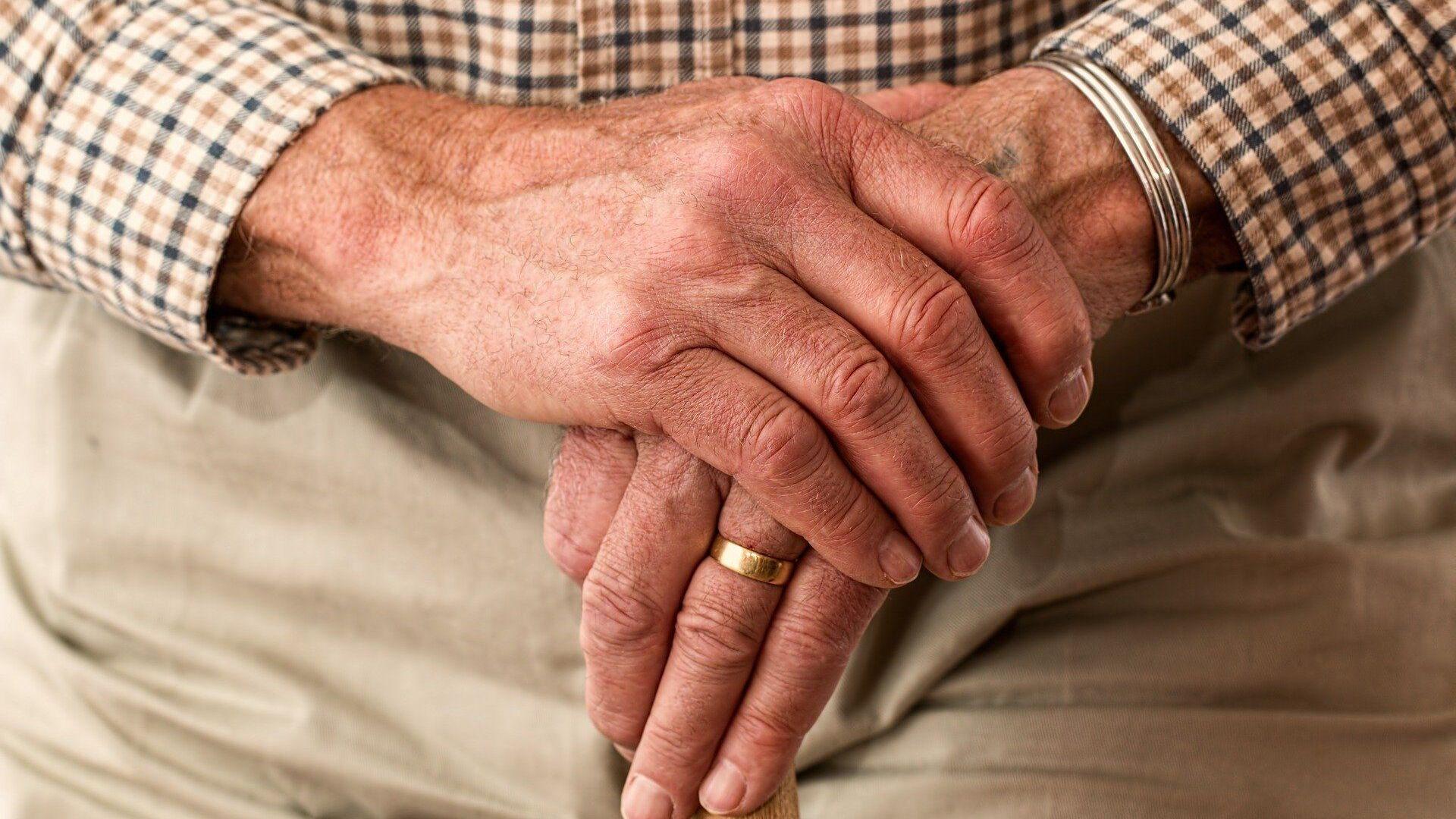 Τα χέρια ενός ηλικιωμένου άντρα (φωτ. αρχείου) - Sputnik Ελλάδα, 1920, 28.09.2021
