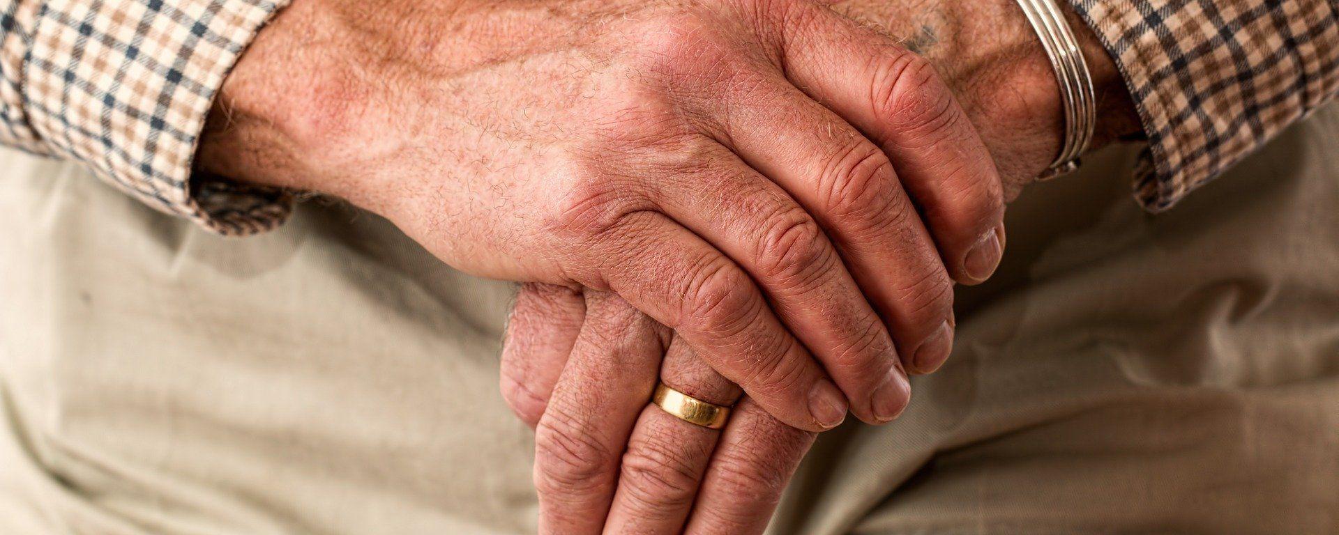 Τα χέρια ενός ηλικιωμένου άντρα (φωτ. αρχείου) - Sputnik Ελλάδα, 1920, 13.10.2021