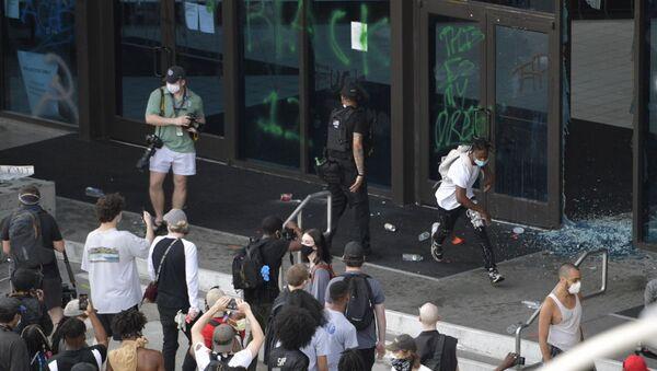 Διαδηλωτές έξω από τα κεντρικά γραφεία του CNN στην Ατλάντα, 29 Μαΐου - Sputnik Ελλάδα