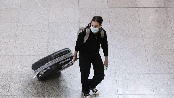 Επιβάτης στο αεροδρόμιο Ελευθέριος Βενιζέλος - Sputnik Ελλάδα