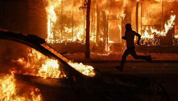 Οχήματα στις φλόγες, στο Σικάγο, κατά τις διαδηλώσεις μετά τον θάνατο του Τζορτζ Φλόιντ, 30 Μαΐου 2020 - Sputnik Ελλάδα