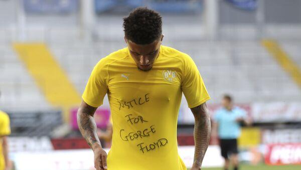 Ο Τζέιντον Σάντσο με το μήνυμα στην μπλούζα του για τον Τζορτζ Φλόιντ - Sputnik Ελλάδα